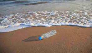 La plastica gettata in mare